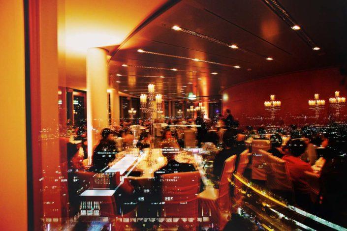 Das Leuchten der Stadt, gedeckte Tische und glückliche Gäste- alles auf einem Bild – et voilá.