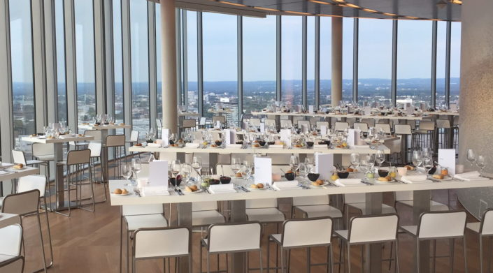 Starten Sie Ihren Businesstag im KölnSKY mit einem Frühstück bei bester Aussicht.