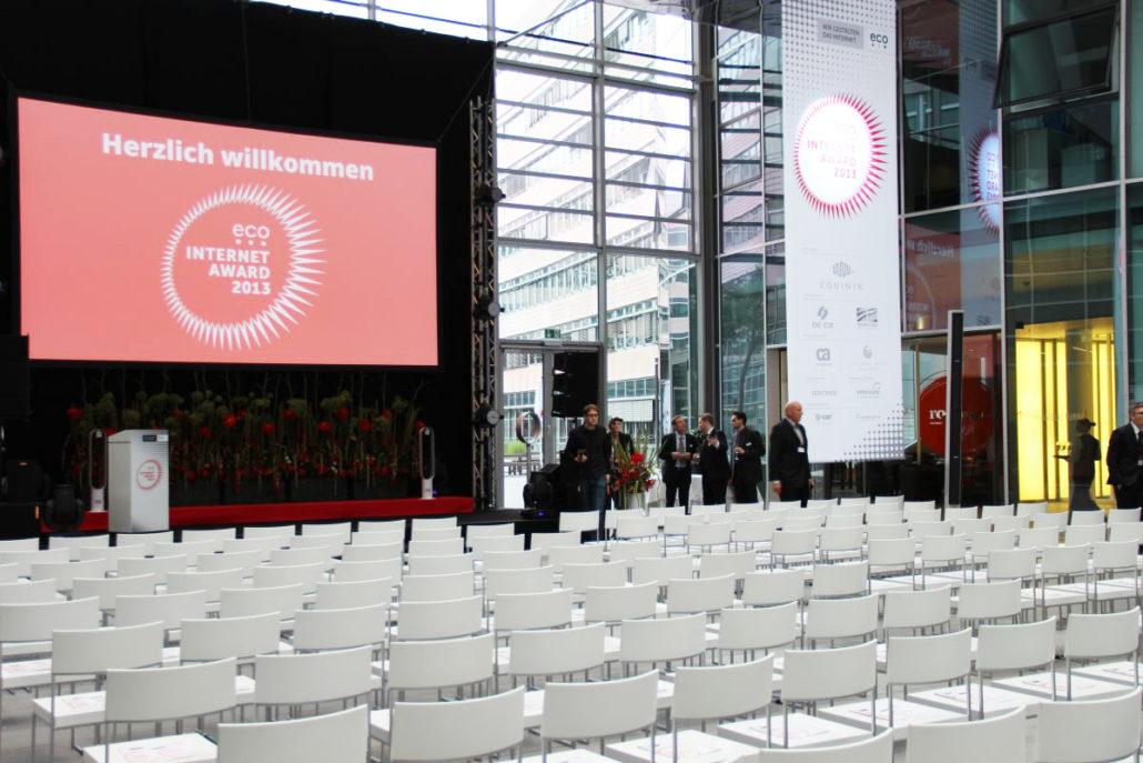 Unsere spektakuläre 25m hohe Glashalle bietet jede Menge Platz für Empfänge oder Präsentationen.