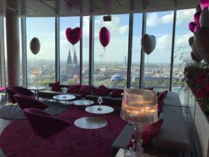 Für den lockeren Empfang eine kleine Loungelandschaft in pink.