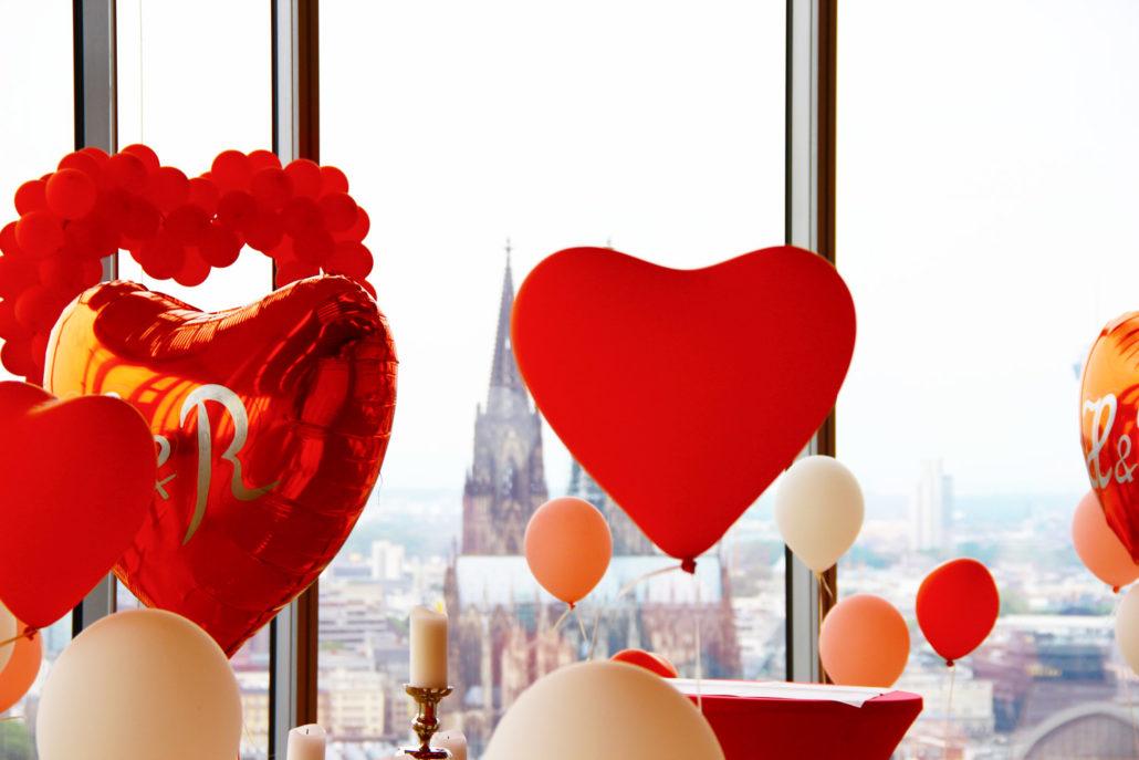 Love is in the air! Ob mit Herzen oder ohne, wir beraten Sie gern bei der Wahl Ihrer Dekoration.