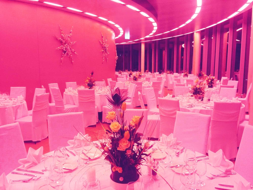 Ihre Tischdekoration für Ihre Weihnachtsfeier in der Eventlocation KölnSKY in Köln.
