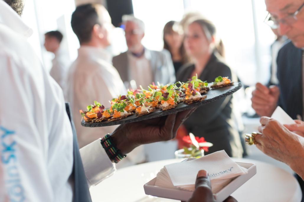 Gerne empfangen wir Ihre Gäste mit unseren kleinen Köstlichkeiten im KölnSKY!