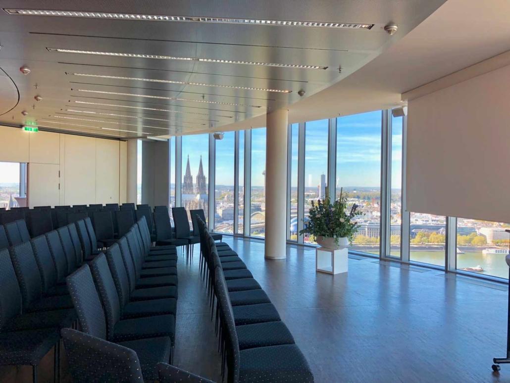 Tagungen mit diesem wunderschönen Ausblick sind nur der Eventlocation KölnSKY möglich.