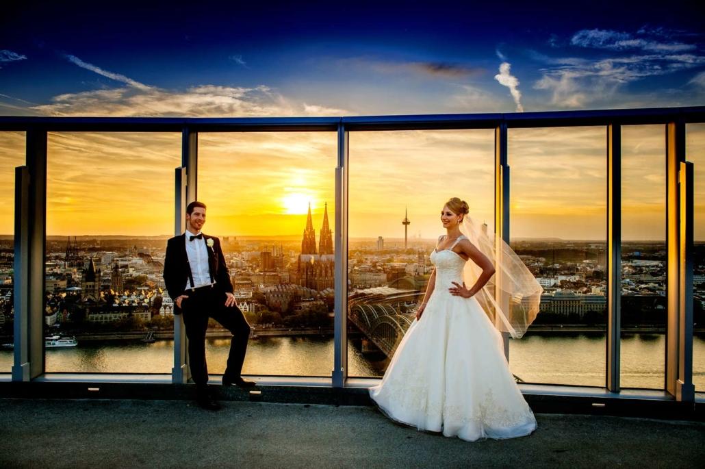 Zwei Verliebte und en traumhafter Sonnenuntergang in unserer Rooftop-Bar in Köln