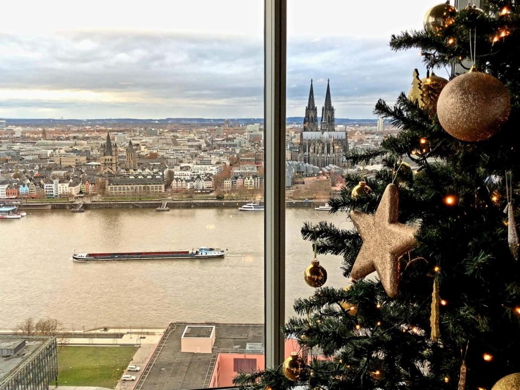 Weihnachtszauber im KölnSKY. Erleben Sie eine unvergessliche Weihnachtsfeier mit Blick auf den Dom.
